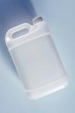 Récipient liquide chimique de boîte métallique en plastique blanche non étiquetée de réservoir images libres de droits