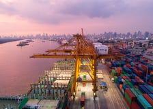 Récipient, navire porte-conteneurs dans les importations-exportations et affaires logistiques, Images libres de droits