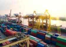 Récipient, navire porte-conteneurs dans les importations-exportations et affaires logistiques, Image stock