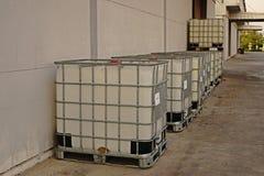 Récipient pour le stockage dissolvant dans l'entrepôt et l'usine, tambour de stockage en plastique Photographie stock libre de droits