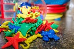 Récipient renversé de jouets d'animal de mer image stock