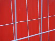Récipient rouge avec des barrières de fonte grise images stock
