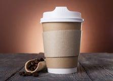 Récipient spécial avec le couvercle pour le café, près du scoop avec des grains de café sur la table Photo libre de droits