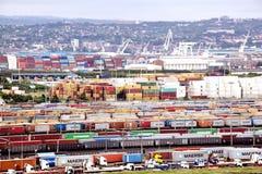 Récipients alignés et empilés à l'entrée de port de Durban Photographie stock libre de droits
