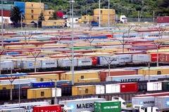 Récipients alignés et empilés à l'entrée de port de Durban Image stock