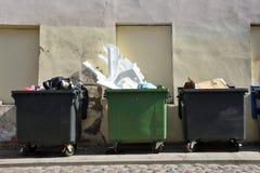 Récipients avec des déchets photo libre de droits