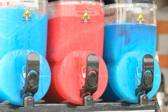 Récipients bleus et rouges de boissons de glace de chiot de neige fondue Images libres de droits