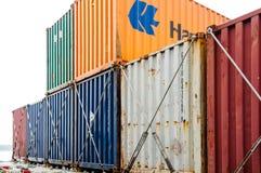Récipients colorés sur un navire porte-conteneurs Images libres de droits