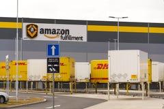 Récipients d'expédition de DHL devant la logistique d'Amazone construisant le 12 mars 2017 dans Dobroviz, République Tchèque Images stock