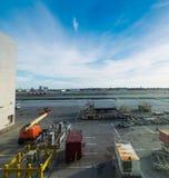 Récipients dans le tablier d'aéroport international de Heathrow Image libre de droits