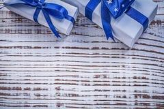 Récipients de cadeau avec les rubans actuels bleus sur le verrat en bois de vintage Images stock