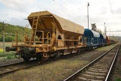 Récipients de cargaison de chariots de fret garés sur le chemin de fer photos libres de droits