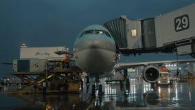 Récipients de cargaison d'embarquement et de chargement d'avion clips vidéos