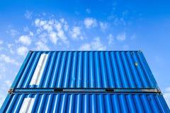 Récipients de cargaison industriels en acier bleus sous le ciel nuageux Image stock