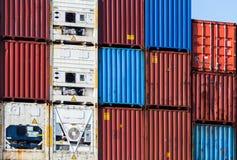 Récipients de cargaison industriels en métal empilés dans le port images libres de droits