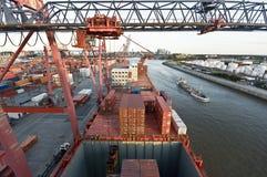 Récipients de chargement de cargo à Rotterdam photo libre de droits