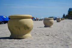 Récipients de déchets décoratifs sur la plage Photo libre de droits