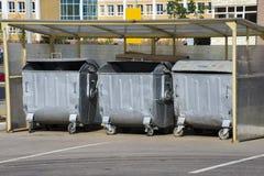 Récipients de déchets de déchets en métal Photographie stock libre de droits