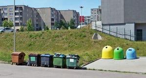 Récipients de déchets pour le garba unassorted et assorti de ménage images stock
