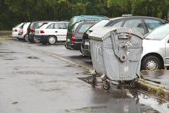 Récipients de déchets sous la pluie image stock