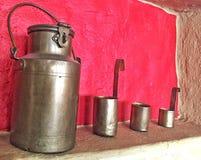Récipients de lait Photo stock