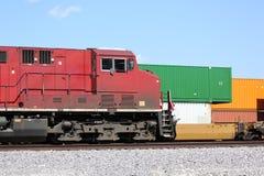 Récipients de locomotive et de cargaison de train de fret Photos stock