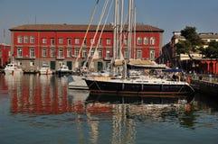Récipients de navigation dans le port de Naples Photos libres de droits