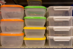 Récipients de nourriture en plastique avec les couvercles colorés Images libres de droits
