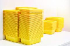 Récipients de nourriture en plastique jaunes images stock