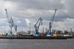 Récipients, docks et grues dans le port de Hambourg photos stock