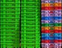 Récipients en plastique colorés. Photographie stock libre de droits
