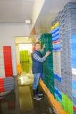 Récipients en plastique de organisation de piles de travailleur Image stock