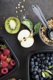 Récipients en plastique noirs à emporter pour un casse-croûte sain avec des framboises, myrtilles Ingrédients de sain image stock