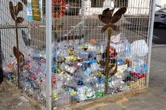Récipients pour la collection de récipients en plastique pour traiter sur les rues de Tel Aviv Photographie stock libre de droits
