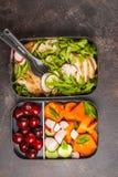 Récipients sains de préparation de repas avec le poulet grillé avec de la salade, commutateur image stock