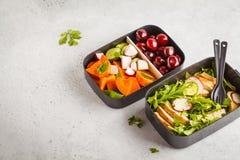 Récipients sains de préparation de repas avec le poulet grillé avec de la salade, commutateur images stock