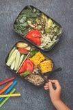 Récipients sains de préparation de repas avec le quinoa, avocat, maïs, zucchin image libre de droits