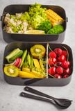 Récipients sains de préparation de repas de vegan avec du riz brun, brocoli, VE images libres de droits
