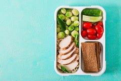 Récipients verts sains de préparation de repas avec le filet de poulet, le riz, les choux de bruxelles et les légumes photo stock