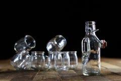 Récipients vides en verre sur une table en bois Pots, bouteille Image libre de droits