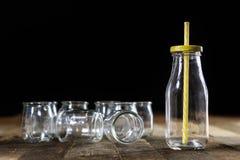 Récipients vides en verre sur une table en bois Pots, bouteille Photographie stock libre de droits