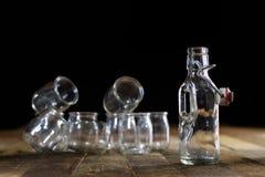 Récipients vides en verre sur une table en bois Pots, bouteille Photos libres de droits