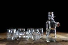Récipients vides en verre sur une table en bois Pots, bouteille Image stock