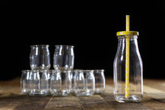 Récipients vides en verre sur une table en bois Pots, bouteille Images stock