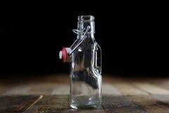 Récipients vides en verre sur une table en bois Pots, bouteille Photographie stock