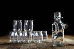 Récipients vides en verre sur une table en bois Pots, bouteille Images libres de droits