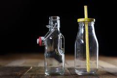 Récipients vides en verre sur une table en bois Pots, bouteille Photo libre de droits