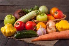 Récolte des légumes sur un fond en bois photographie stock libre de droits