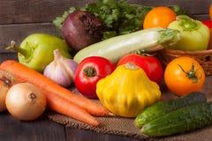 Récolte des légumes sur un fond en bois images libres de droits