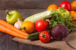 Récolte des légumes sur un fond en bois photo stock